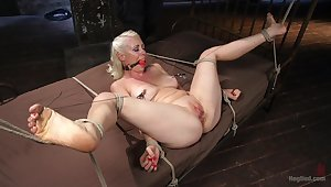 Gagged comme �a plays submissive for her inside master